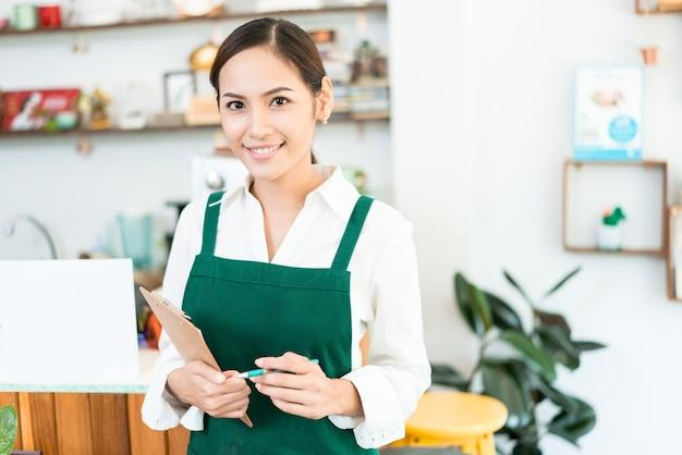 ウェイターは注文、レストラン、カフェを手に入れています。