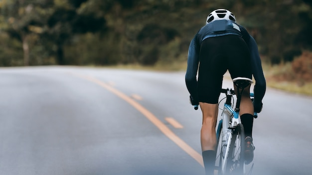 サイクリストはスプリントによってスピードを上げます。