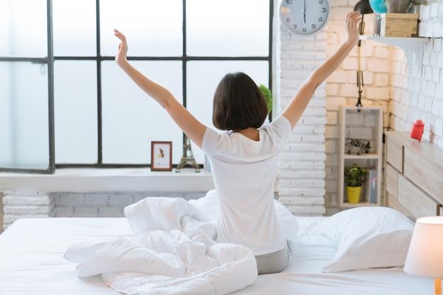 アジアの女性彼女は寝ていて朝に目を覚ましていた。彼女はとてもリフレッシュしていた。