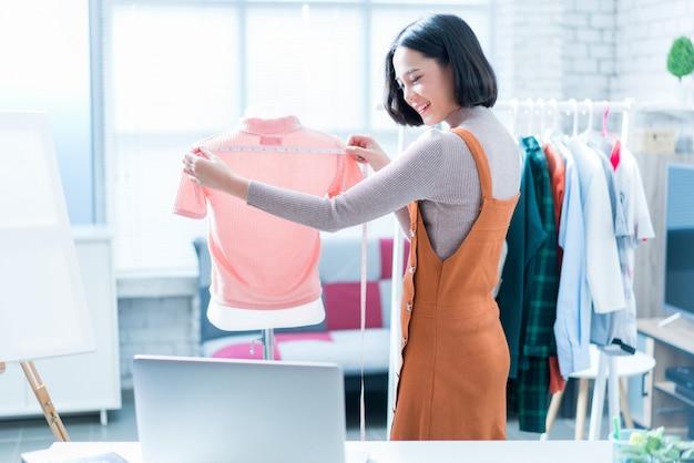 オンラインの女性販売者が服を売っている