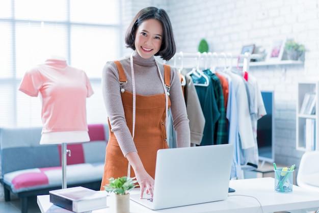 オンライン販売は彼らのラップトップを通して顧客の質問に答えています