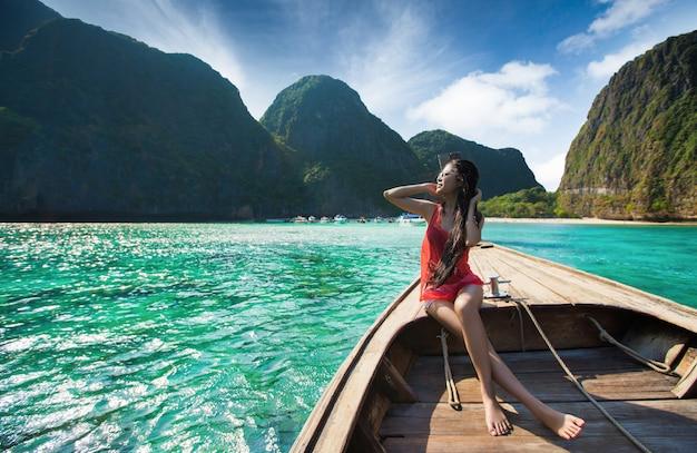 女性旅行者客船マヤベイへの旅行