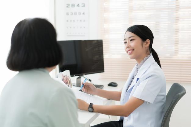 医師は病気にかかっている高齢の患者の病歴を調べています。