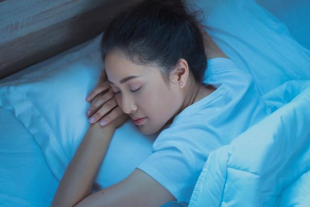 アジアの女性はトップビューで寝ています。