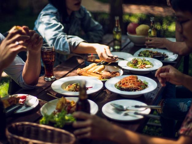 Люди едят в отпуск. они едят вне дома.