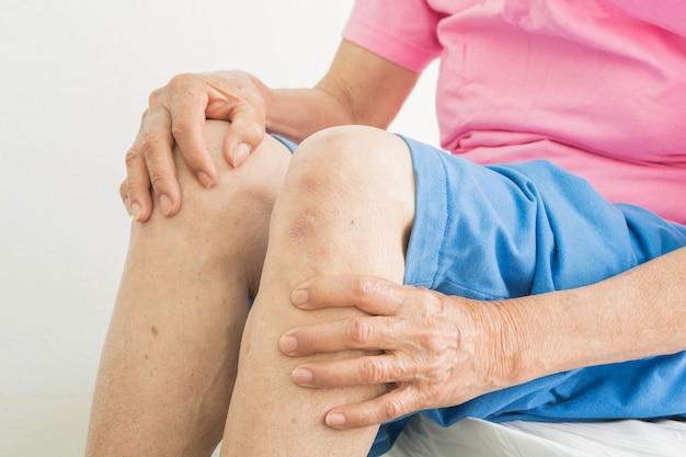 Боль в колене у пожилых женщин
