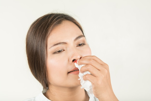 鼻と女性の出血