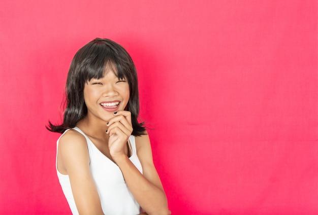 Молодая девушка с красной стеной