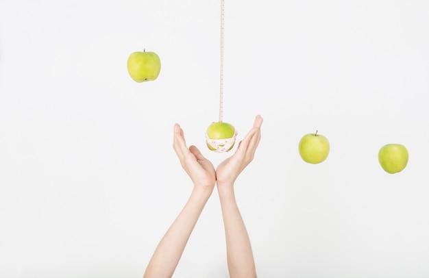 Рука и яблоко с хорошим здоровьем и формой