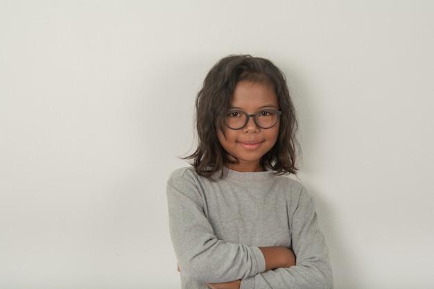 Девушки носят очки, чтобы сфотографировать их лица и посмотреть на камеру. яркий и обаятельный в серой рубашке.