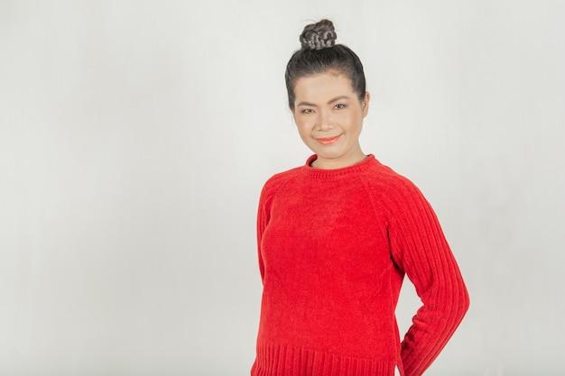 Женщина и милая улыбка. тайском стиле носить красную рубашку, стильный и здоровый для женщин.