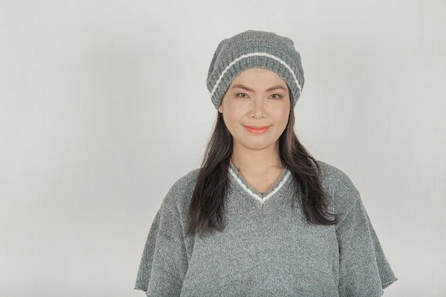 Красивые женщины носят свитера и шапки. теплое смайлик