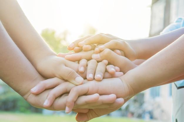 Руки спортивные местные дети на детской площадке