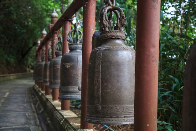 寺院のリングベル。知恵と思いやりを象徴する鐘