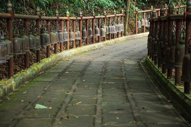 ウォークベル山の寺院への歩道。ベルサウンドは神を歓迎し、悪を払拭する。