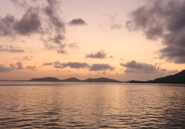 ロマンチックな夕焼け空と水の上の黄金の光の反射と夕方には海の景色の爽やかなパノラマビュー。