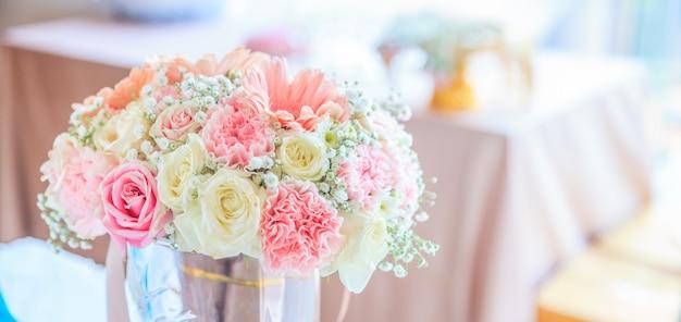 レセプションテーブルの背景に咲く新鮮な花の花束