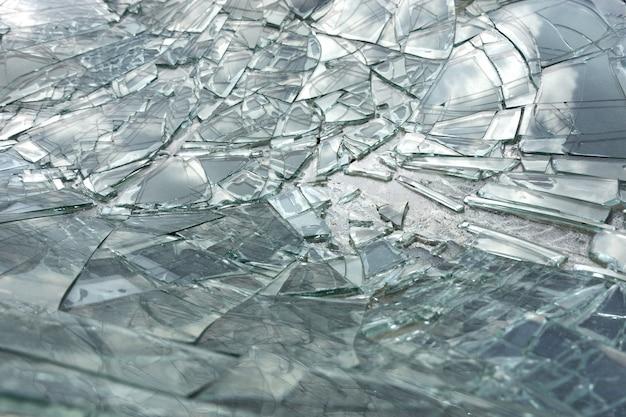 壊れた - 車の事故からクラフトフロントガラス。
