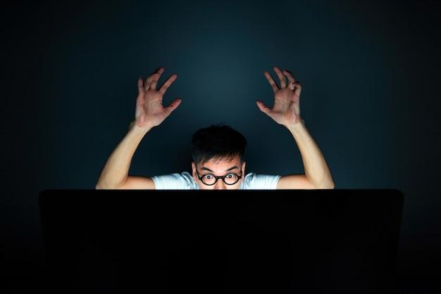Идея делового человека усердно работать, офисный синдром, с ит-вычислениями