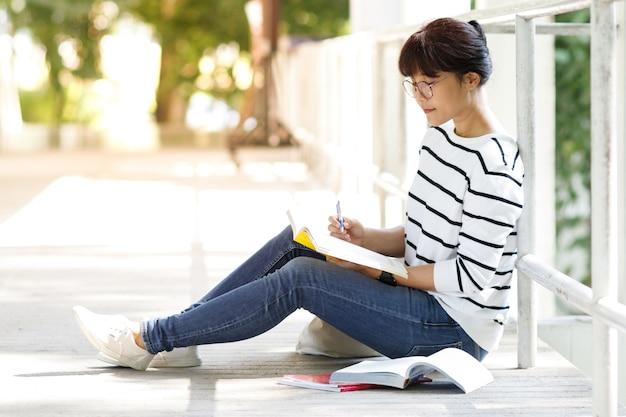 Портрет студента азиатского колледжа в университетском городке.