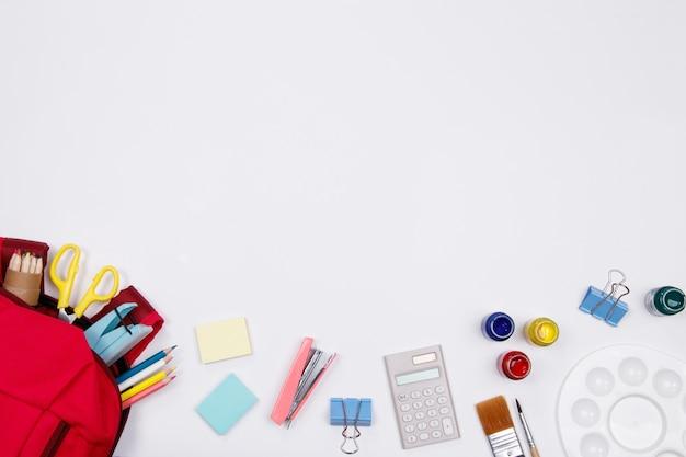 文房具、オフィス用品、白背景。フラットレイ。学校のコンセプトに戻ります。