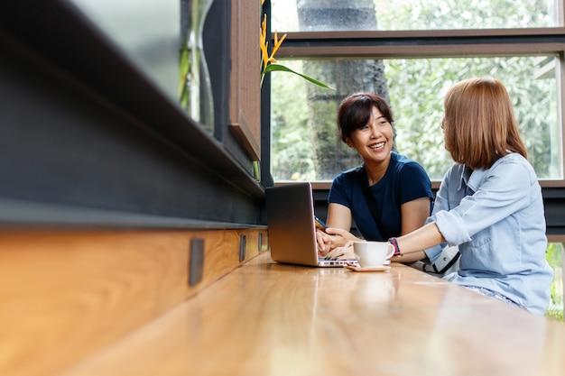 Владелец бизнеса женщина обсуждает идеи, делится мнениями, сидя в кафе.