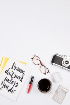 Путешествие блоггер рабочего пространства на белом фоне.