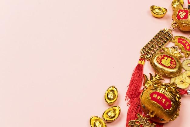 Счастливый китайский новый год украшение на розовом фоне
