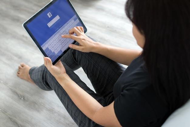 Женщина с помощью планшета