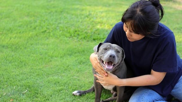犬を持つ女性。