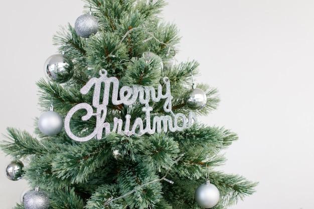 銀の装飾品で飾られたクリスマスツリー