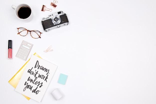 白い背景に女性の作業スペース。