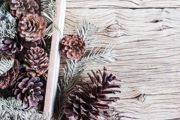 木箱に松の木のクリスマスの装飾