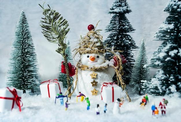 冬の間に雪の人と松林の人々