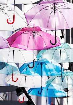 都市のカラフルな傘の装飾の雨季のコンセプト