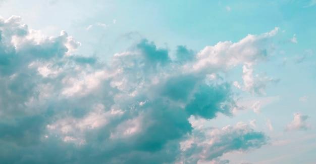 雲と緑のミント色の空