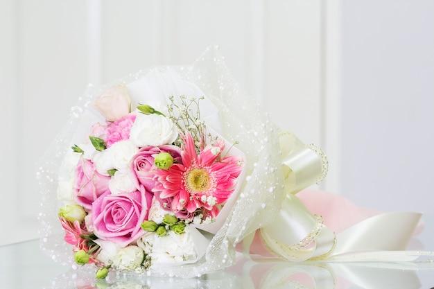 リビングルームのガラステーブル上の花束