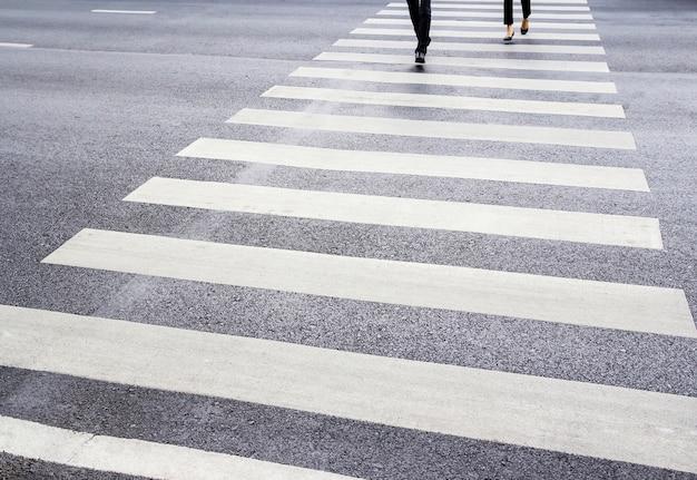 人々はゼブラ交差点を歩いている
