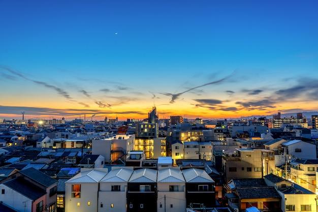 日没前の夕方の大阪市