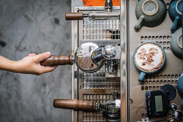 Сотрудники кофейни делают кофе по заказу клиента.