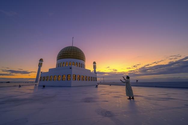 イスラム教徒は夕方に祈っています