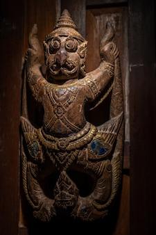 彫刻されたガルーダはタイの古い扉で見ることができます