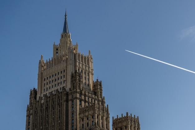 飛行機はモスクワの建物を飛行していた。