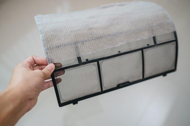 Грязный фильтр кондиционера нуждается в очистке