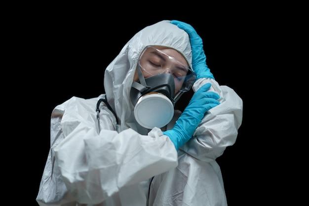 Доктор в защитных костюмах, респираторной маске, защитных очках и медицинских перчатках отдыхает в лаборатории