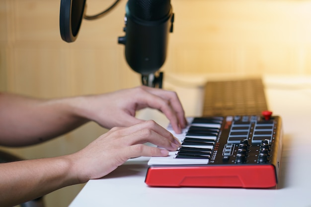 音楽スタジオのサウンドミキシングコンソールボード機器を使用して手。