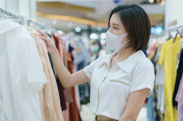 Женщина в маске во время прогулки в торговом центре