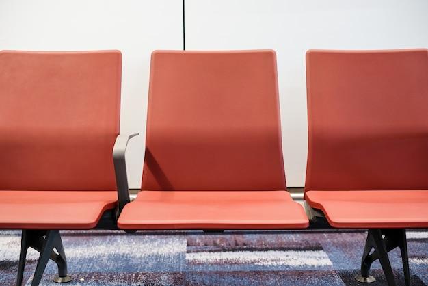 Терминал аэропорта, пустые стулья ожидания