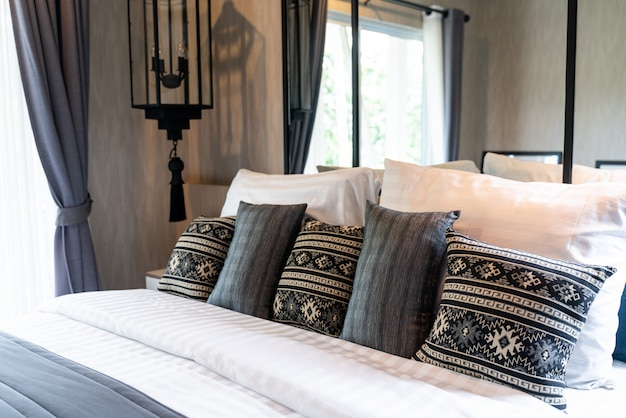 ベッドの上に多くの枕とモダンなベッドルーム