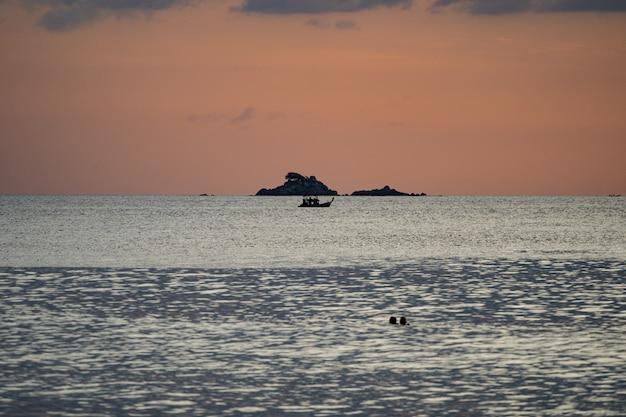 タイのアンダマン島の美しい空で海の夕焼け